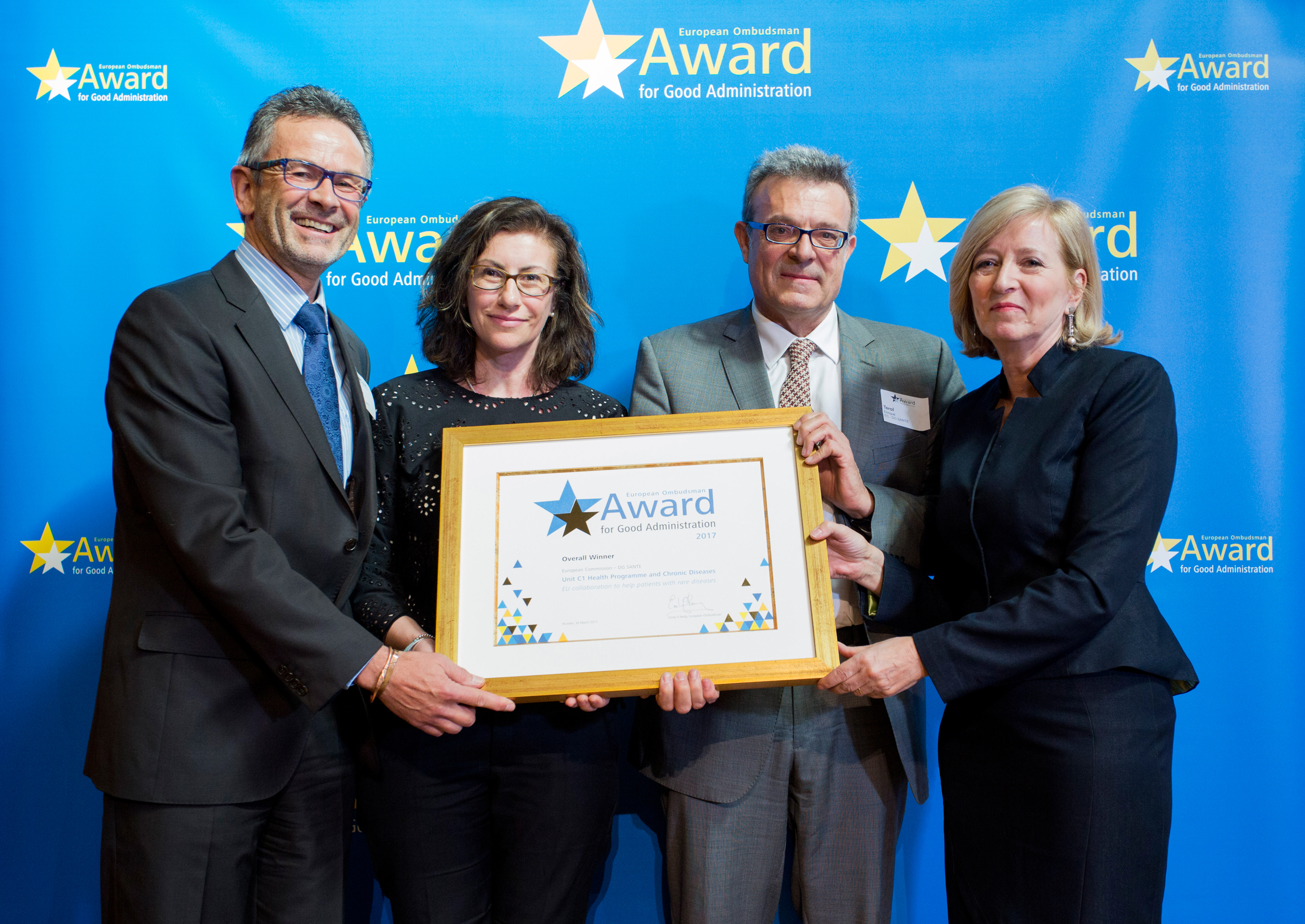 The overall winners of the European Ombudsman's Award for Good Administration 2017, from the Commission's Directorate-General for Health, receiving their prize from the European Ombudsman, Emily O'Reilly.