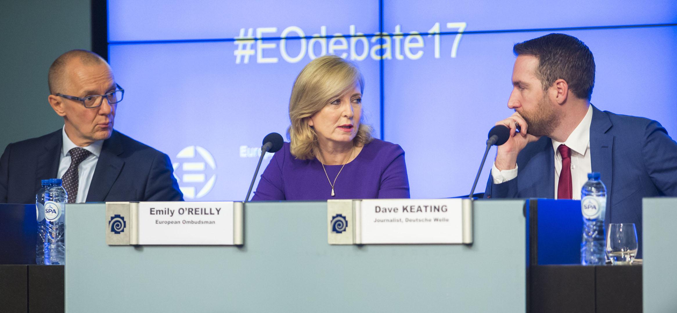 """Europska ombudsmanica Emily O'Reilly, sa sudionikom događaja Bernhardom Urlom, izvršnim direktorom EFSA-e, i moderatorom Daveom Keatingom, na javnom događaju Europskog ombudsmana pod nazivom """"Agencije EU-a: Kako upravljati rizikom od narušavanja ugleda"""" u listopadu."""