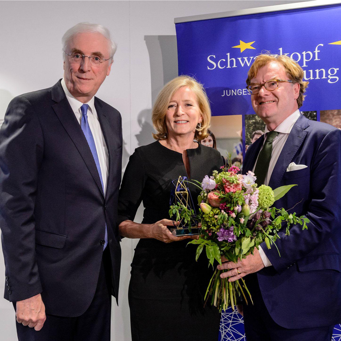 Europska ombudsmanica nakon prihvaćanja Europske nagrade Schwarzkopf 2017. Na slici je s Andréom Schmitzom-Schwarzkopfom (desno) i irskim veleposlanikom u Berlinu Michaelom Collinsom (lijevo).